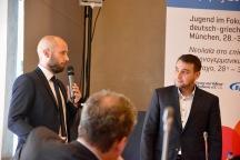 Niklas Fischer von der Vollmar-Akademie (links) im Gespräch mit Moderator Babis Karpouchtsis (rechts).