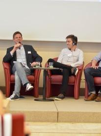 Stephan Erb, Geschäftsführer des Deutsch-Polnischen Jugendwerks (links) erzählt von den Erfahrungen des DPJW.