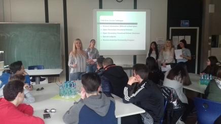 Schülerinnen der Fritz-Erler-Schule informieren über ihre Ausbildung