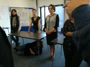 Wir lernen lokale Präpositionen/ Μαθαίνουμε τοπικές προθέσεις