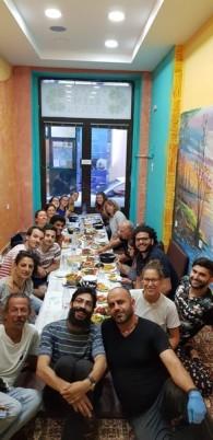 Gruppenfoto. Mahmud ist vor einigen Jahren als Geflüchteter nach Lesbos gekommen. Seit Beginn des Projekts ist er Küchenchef in OHF. Vor kurzem hat er sein eigenes Restaurant in Mytilini aufgemacht und da hat er uns auch wirklich verwöhnt! Arabische Küche vom Feinsten!
